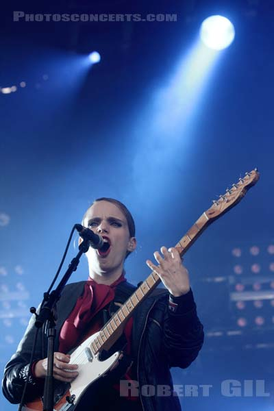ANNA CALVI - 2011-08-28 - SAINT CLOUD - Domaine National - Scene de la Cascade
